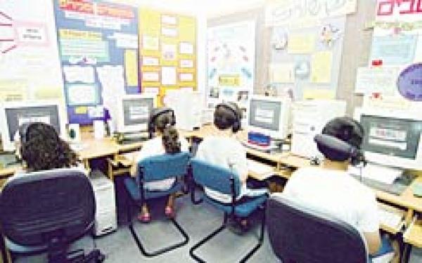 תלמידי כיתה ה' במעבדת המחשבים בקומה השנייה של מרכז מסחרי במגדל העמק, אתמול. בשעה השנייה כבר הגיעו רובם להקלדה עיוורת של שמונה מלים בדקה